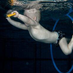 Babysvømming kurs - lek under vann.