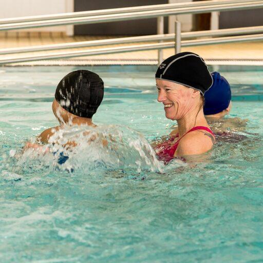 Svømmekurs for barn - øver med instruktør