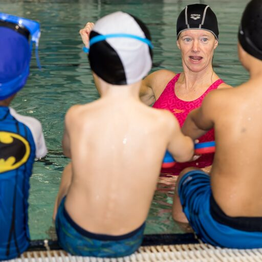 Svømmekurs for barn - lytter til instruktør
