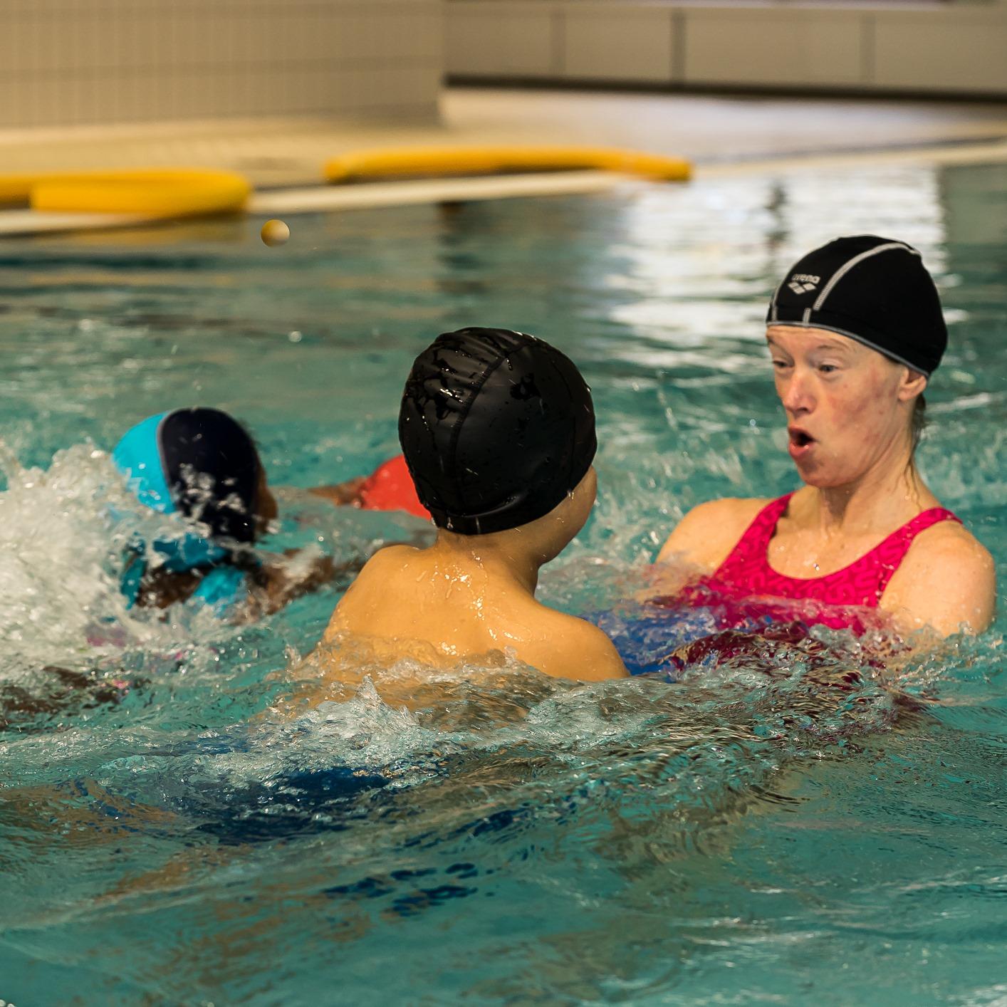 Svømmekurs for barn - lek med instruktør